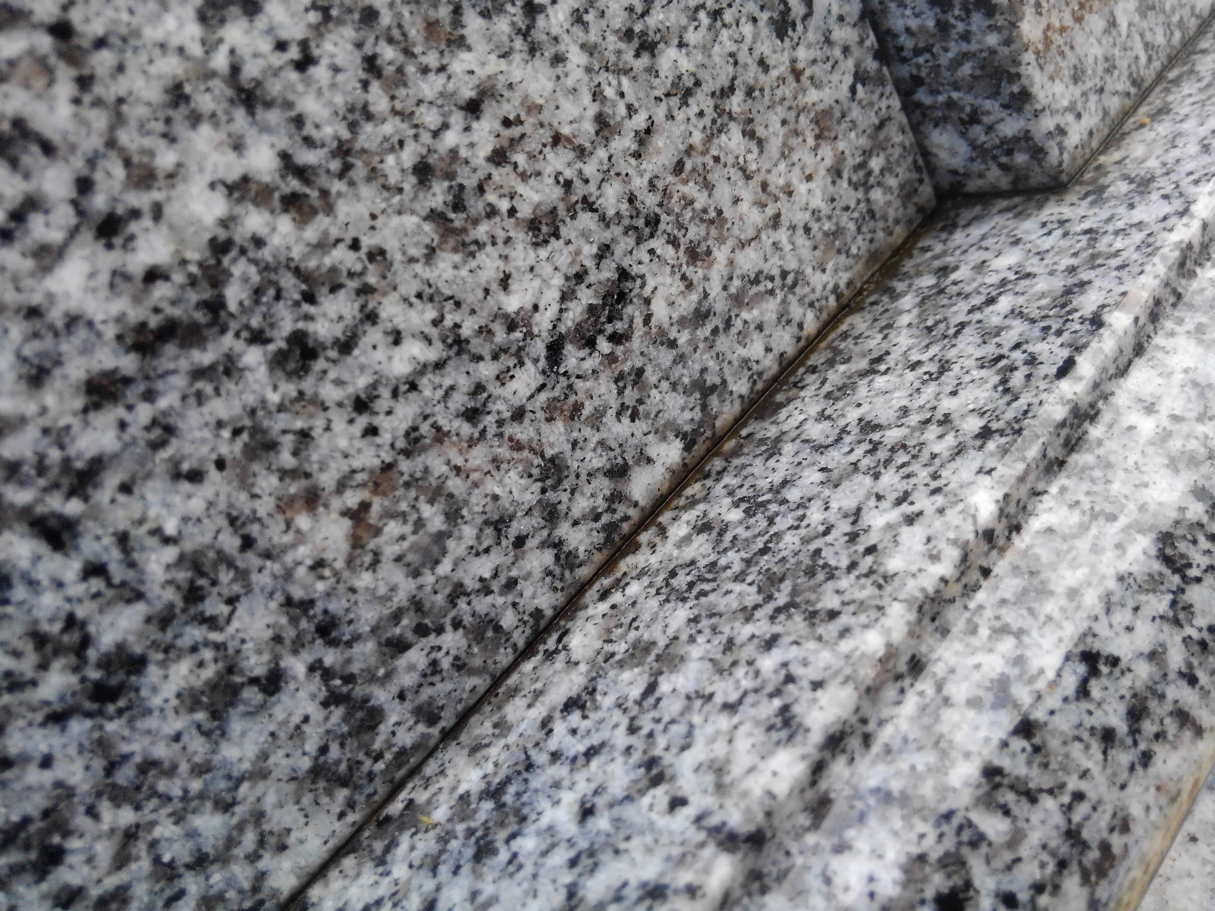 https://www.morita-stone.co.jp/weblog/img/%E7%9F%B3%E3%81%AE%E9%9A%99%E9%96%93.jpg